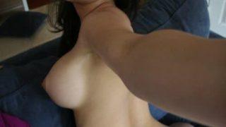 Un plan cul pour satisfaire une nana sensible aux caresses